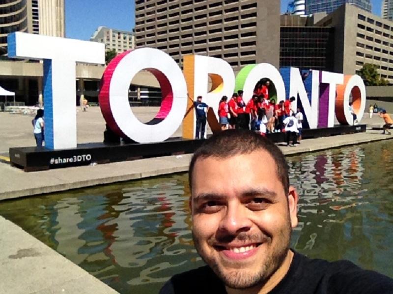 Elder em frente a placa de Toronto